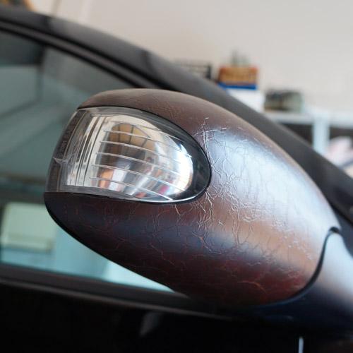 wrapping specchio auto con materiale effetto pelle