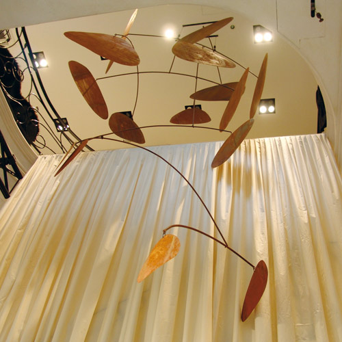 allestimento showroom con dischi in ferro sospesi